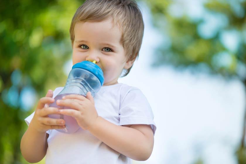 Kleinkind mit Trinkflasche in der Hand