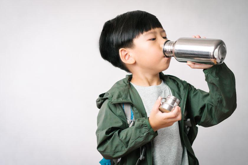 Kind mit Edelstahl Trinkflasche